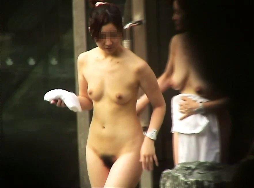 温泉で濡れた肌が怪しく光る全裸女性 (17)