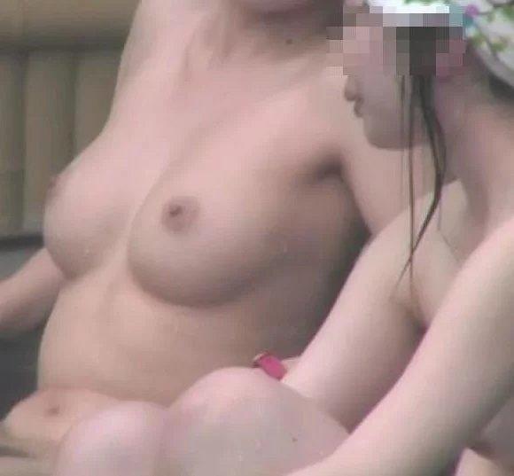 温泉で濡れた肌が怪しく光る全裸女性 (14)