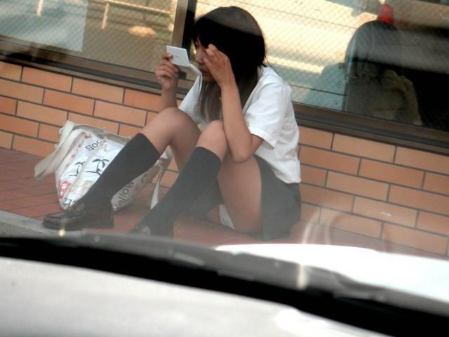 座りパンチラしちゃった素人女子 (2)