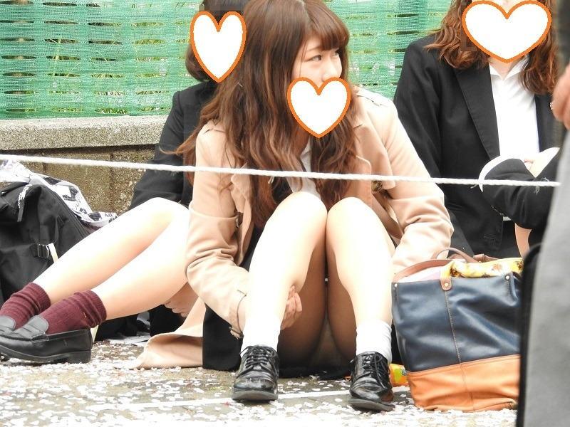 座りパンチラしちゃった素人女子 (4)