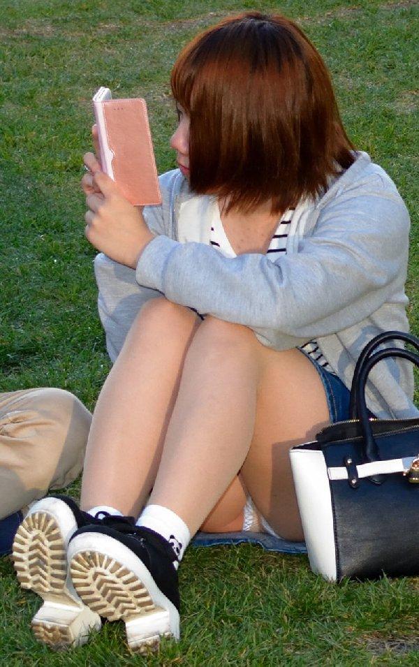 座りパンチラしちゃった素人女子 (19)
