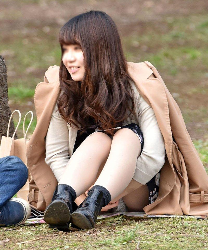 座りパンチラしちゃった素人女子 (14)