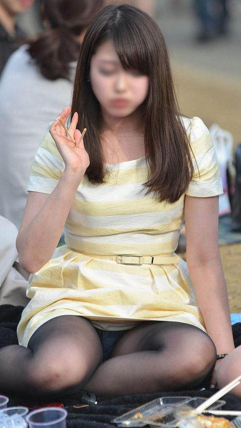 座りパンチラしちゃった素人女子 (12)