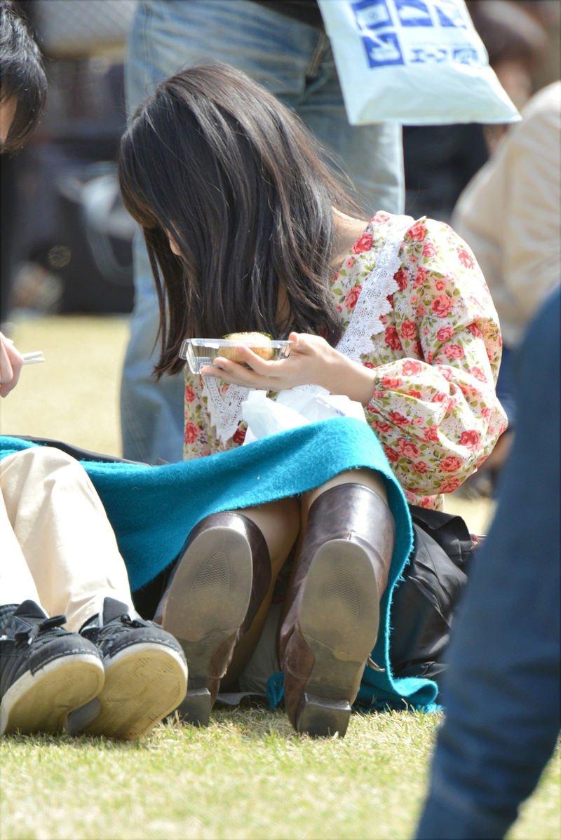 座りパンチラしちゃった素人女子 (15)