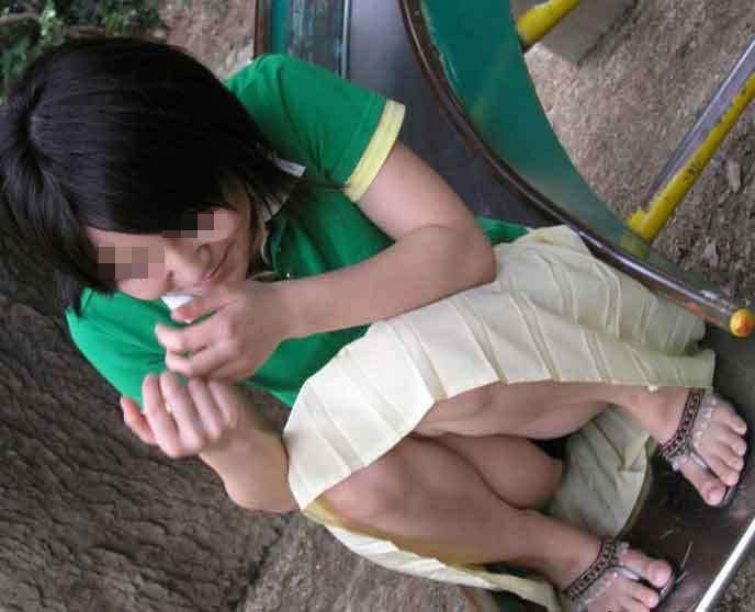 座りパンチラしちゃった素人女子 (10)