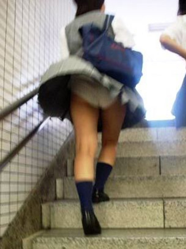 階段でパンチラしてる素人女子 (10)