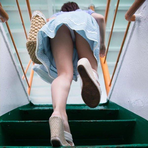 階段でパンチラしてる素人女子 (1)