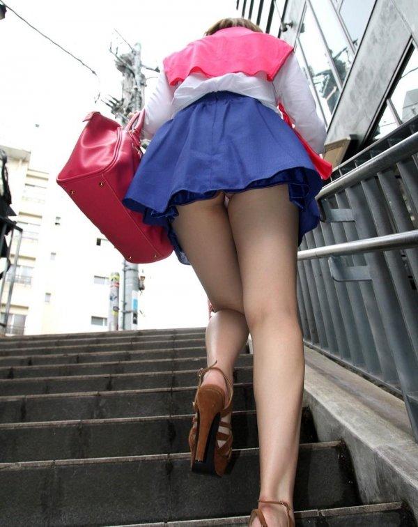 階段でパンチラしてる素人女子 (5)