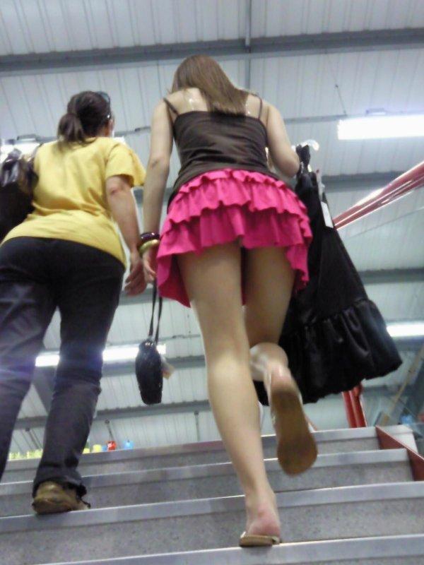 階段でパンチラしてる素人女子 (12)