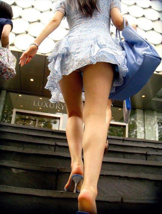 階段でパンチラしてる素人女子 (16)