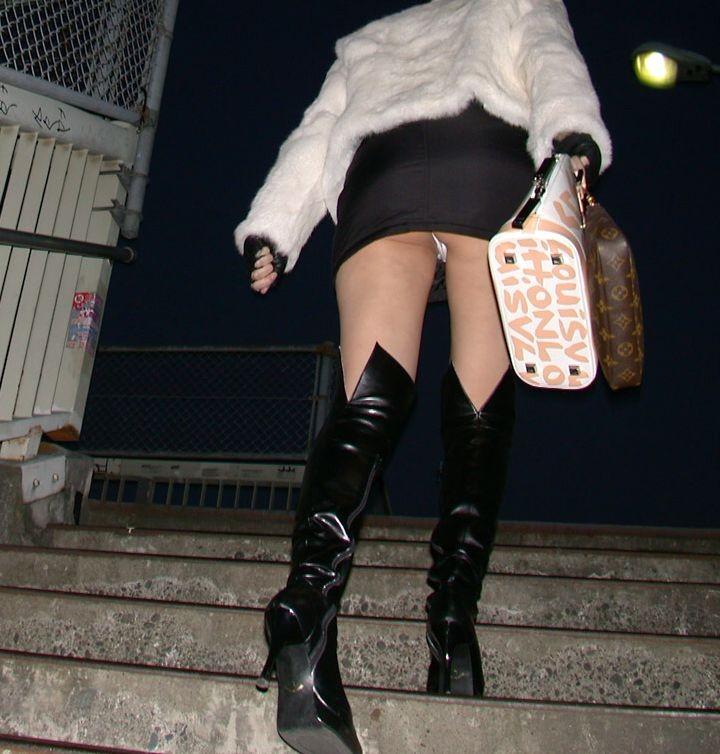 階段でパンチラしてる素人女子 (17)