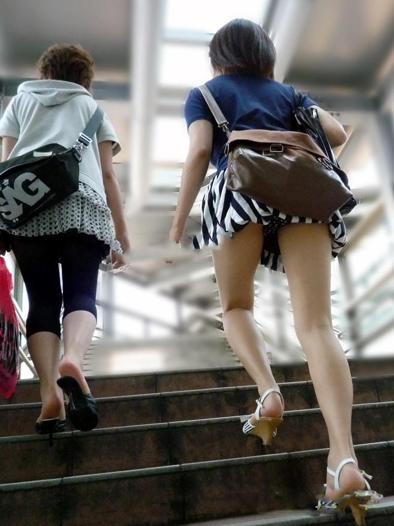 階段でパンチラしてる素人女子 (8)