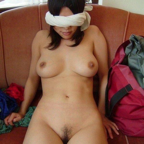 目隠ししてるからカメラ向けられてることに気が付いてない彼女さんのエロ画像w ほか