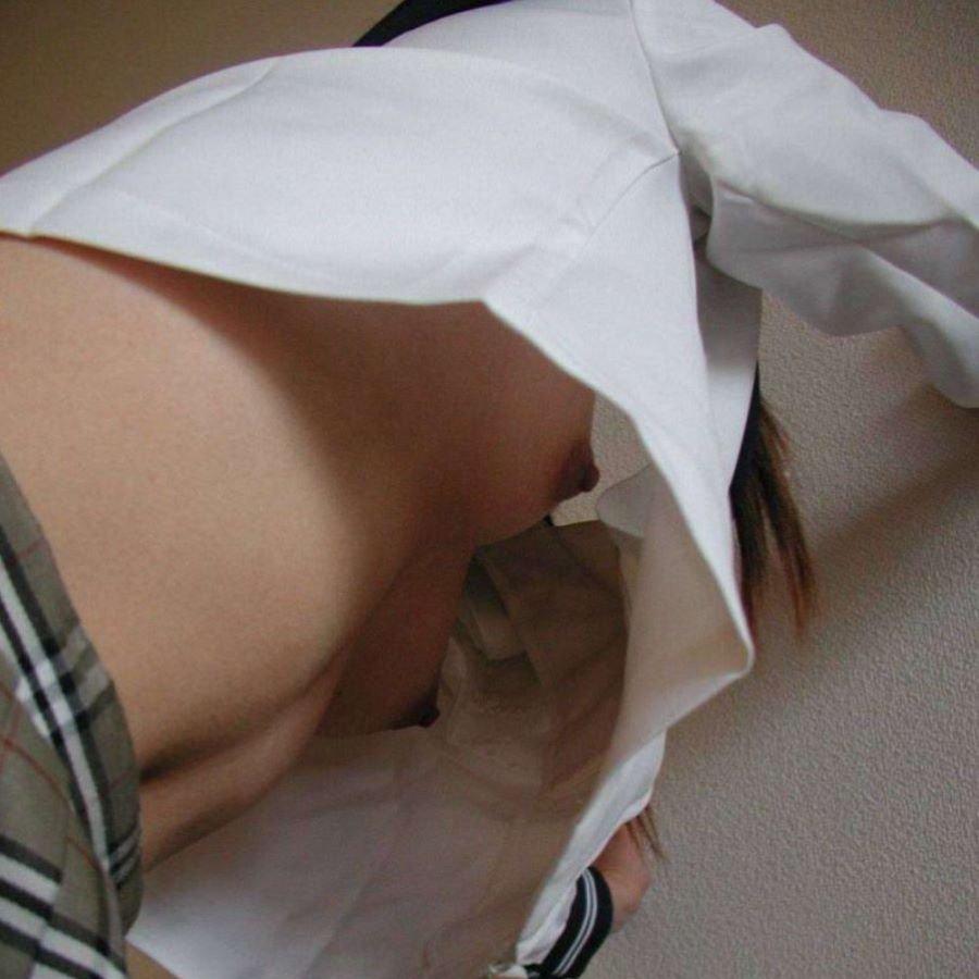 制服から胸チラや乳首チラ (1)