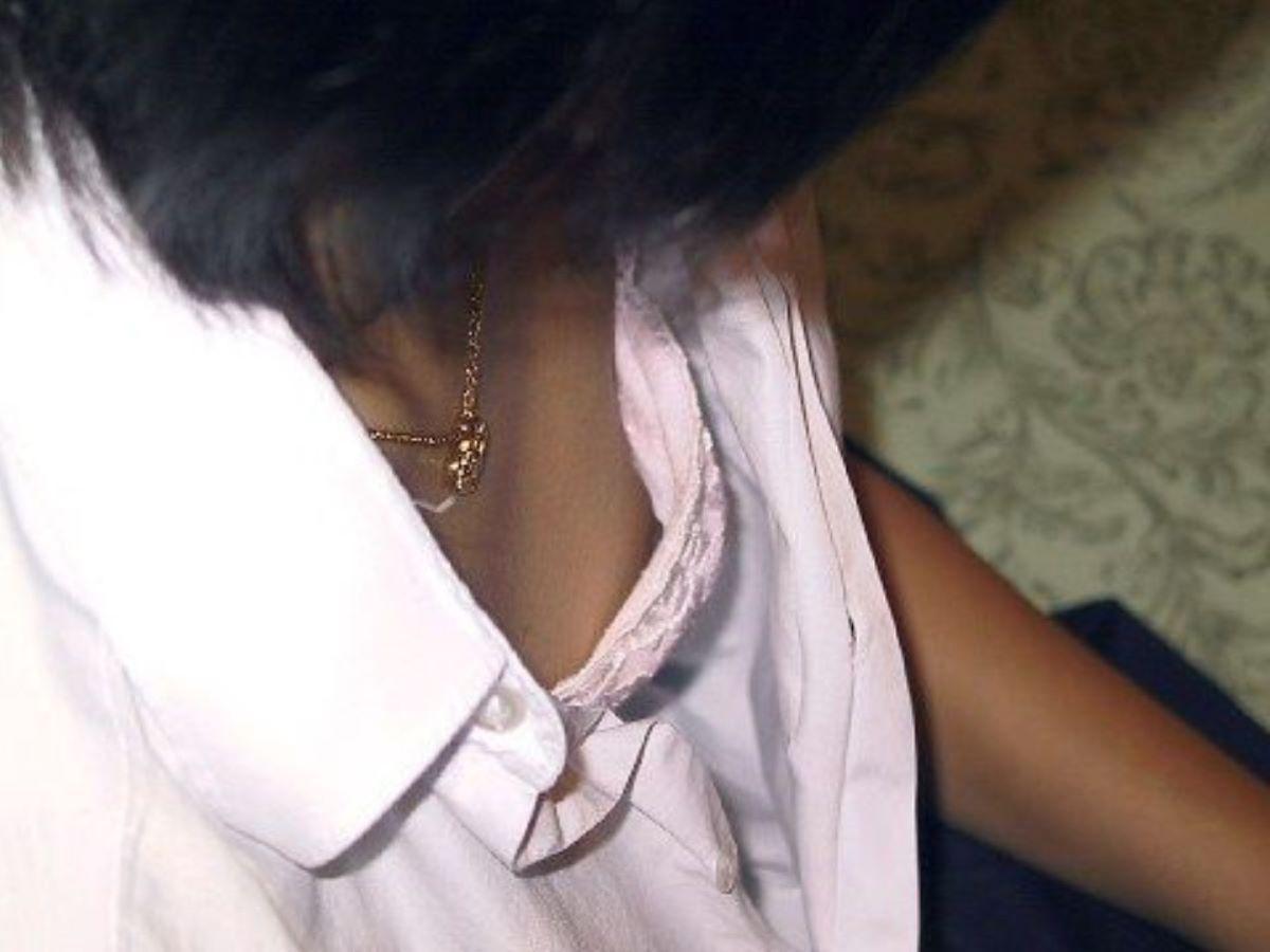 制服から胸チラや乳首チラ (16)