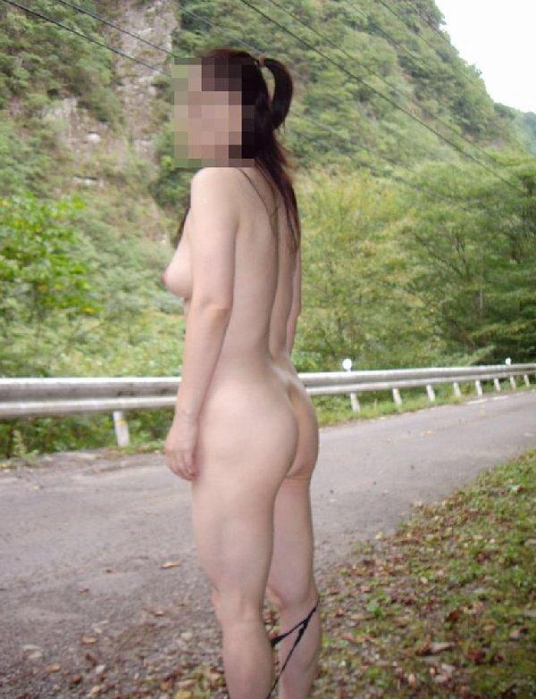 野外露出を楽しむヌード女性 (7)