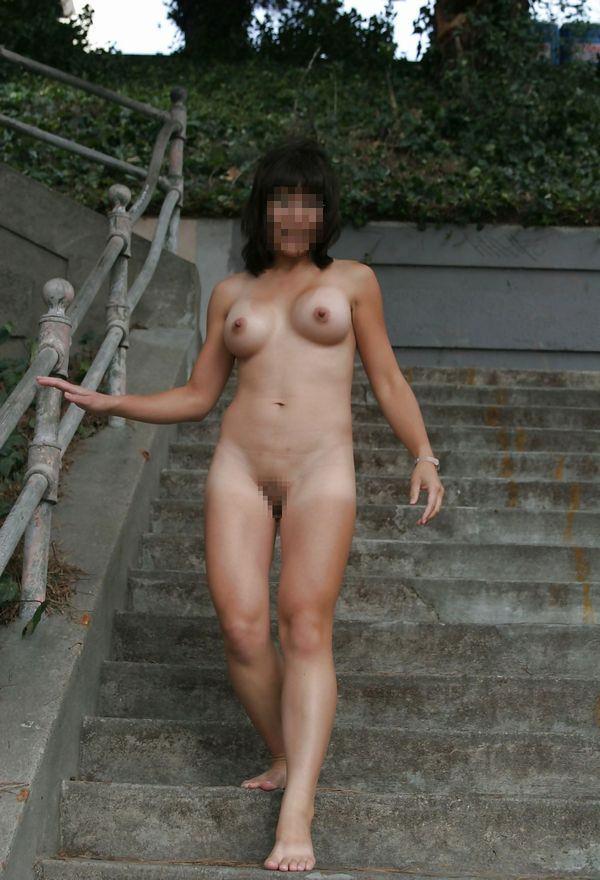 野外露出を楽しむヌード女性 (2)