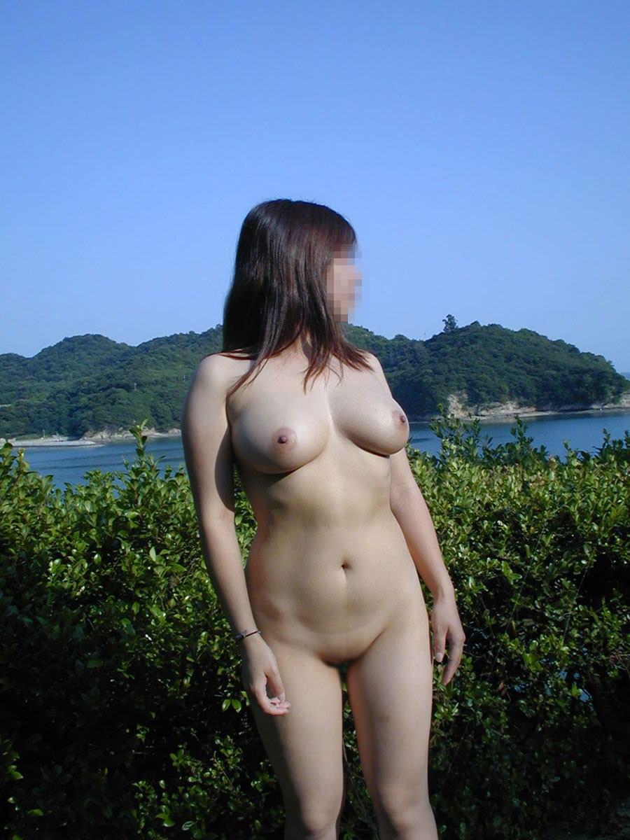 野外露出を楽しむヌード女性 (3)