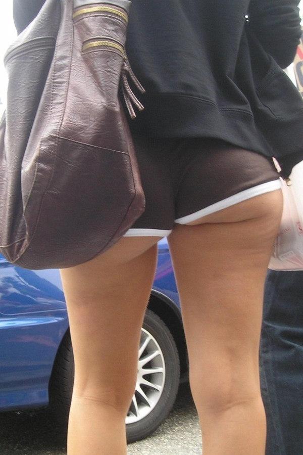 ホットパンツからお尻が見えてる素人女子 (9)