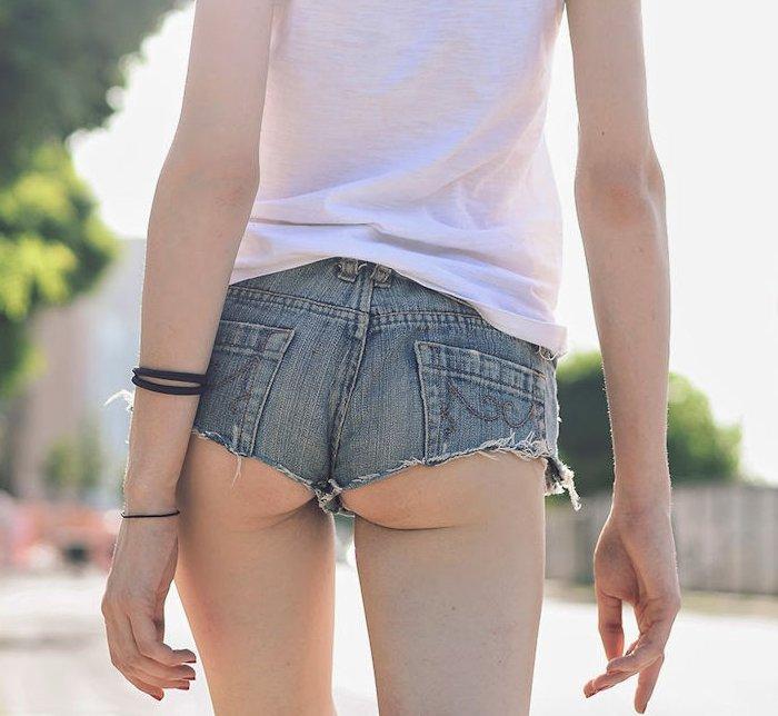 ホットパンツからお尻が見えてる素人女子 (10)