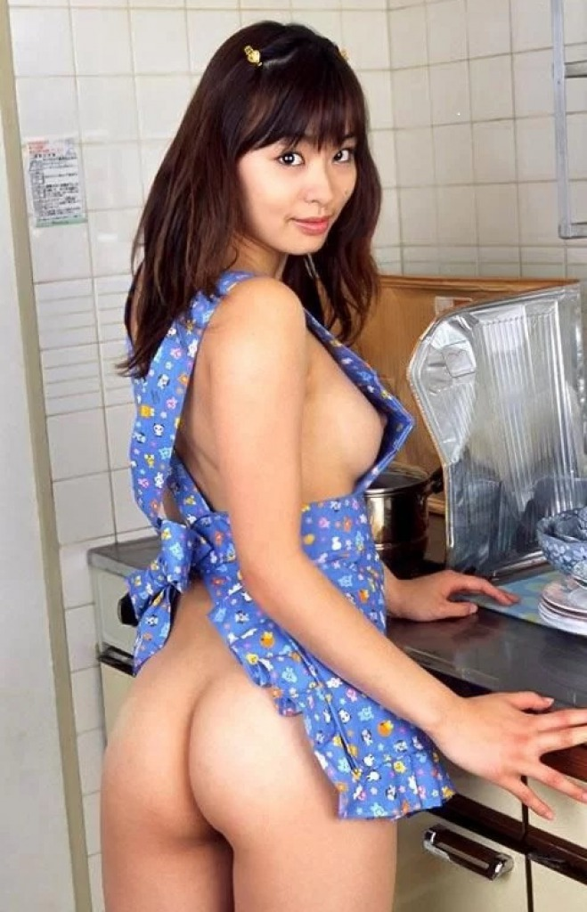 裸エプロンというエロ丸出しの格好 (10)
