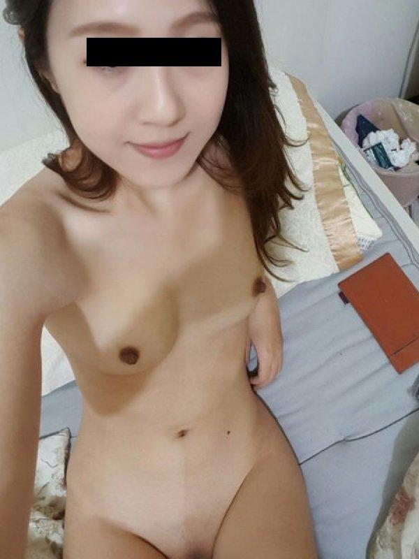 自撮りヌードの写真を公開する素人女子 (17)