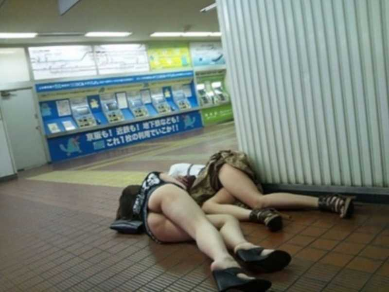 酔っ払って裸を周囲に見られた素人女子 (15)