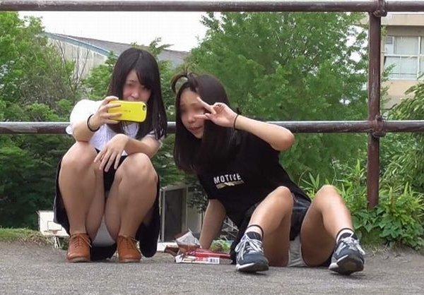 街中でパンチラしまくる素人女子 (6)