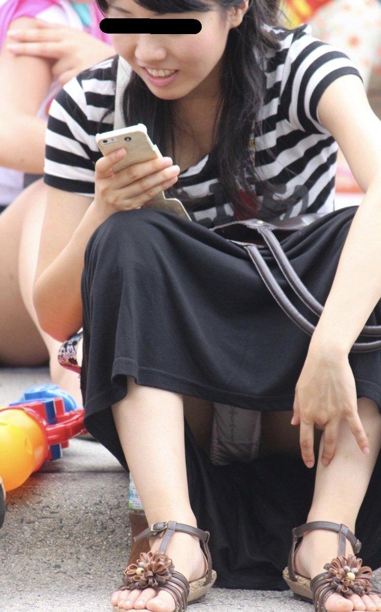街中でパンチラしまくる素人女子 (14)