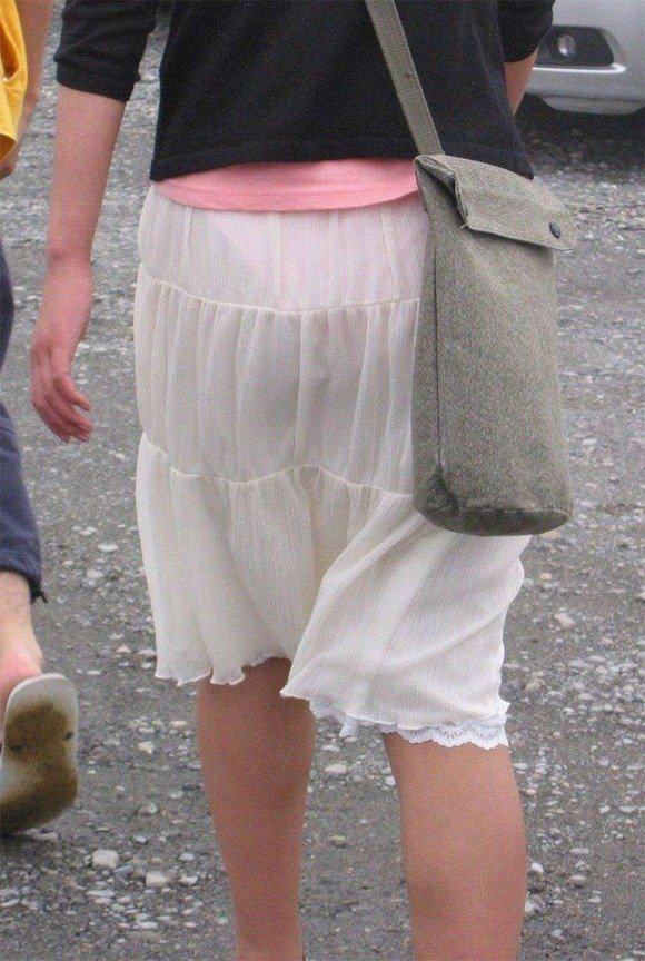薄手のスカートで透けパン (9)