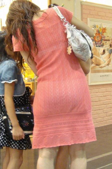 薄手のスカートで透けパン (13)