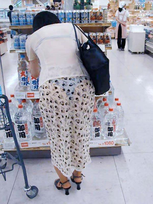薄手のスカートで透けパン (16)