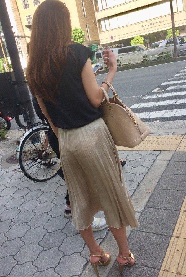 薄手のスカートで透けパン (18)