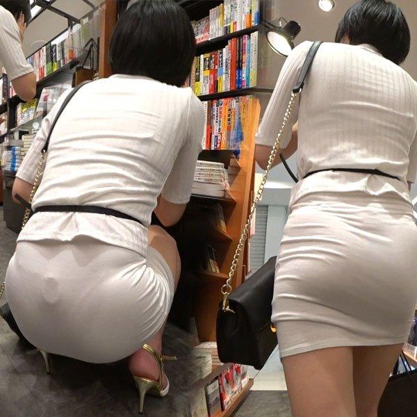 薄手のスカートで透けパン (1)