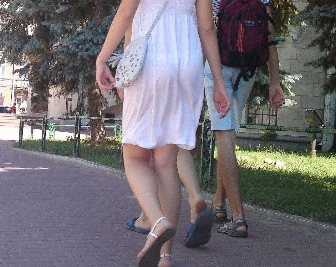 薄手のスカートで透けパン (6)
