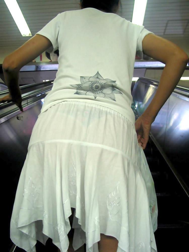 薄手のスカートで透けパン (17)